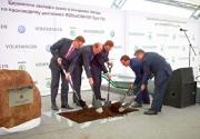 Медведев с лопатой строит завод